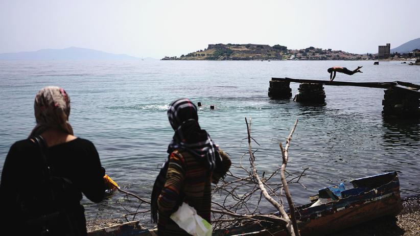 Flüchtlingsabkommen mit der Türkei: Geflüchtete auf der griechischen Insel Lesbos, nahe der Türkei