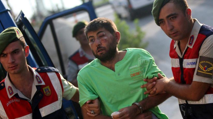 Türkei: Türkische Einsatzkräfte nehmen einen Mann fest, der versucht haben soll während des Militärputsches Präsident Recep Tayyip Erdoğan festzusetzen.