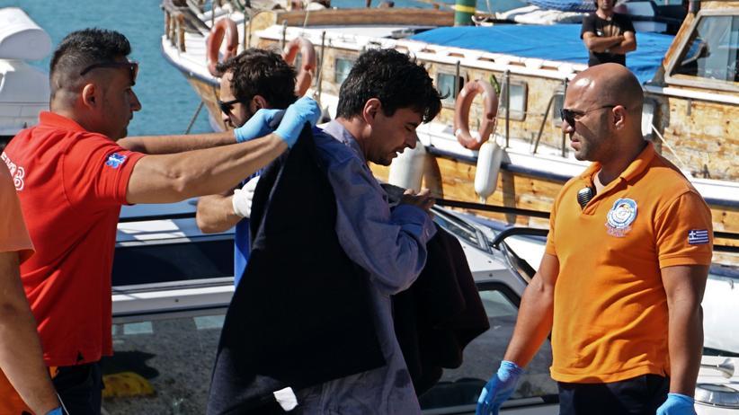 Flüchtlinge: Rettungskräfte begleiten Bootsflüchtlinge in Griechenland