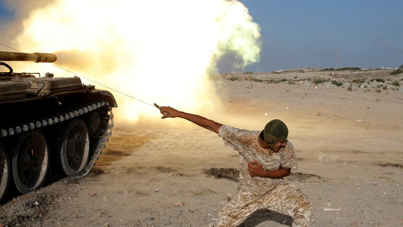 """Islamischer Staat"": A fighter of Libyan forces allied with the U.N.-backed government fires a shell with Soviet made T-55 tank at Islamic State fighters in Sirte."