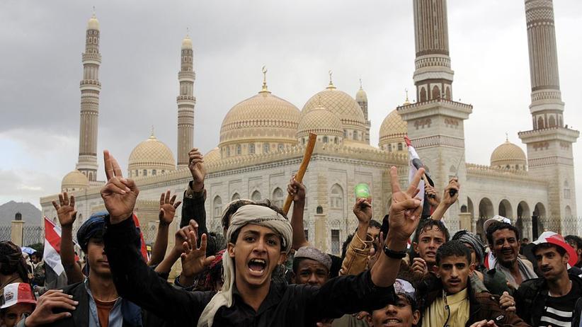 Jemen:  Auf dem Al-Sabin-Platz in Jemens Hauptstadt Sanaa zeigen Huthi-Unterstützer ihre Unterstützung für den neu gebildeten Regierungsrat der Miliz.