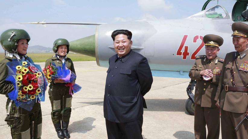Pjöngjang: Propagandafoto von Nordkoreas Machthaber Kim Jong Un bei einem Besuch von Kampfjetpiloten