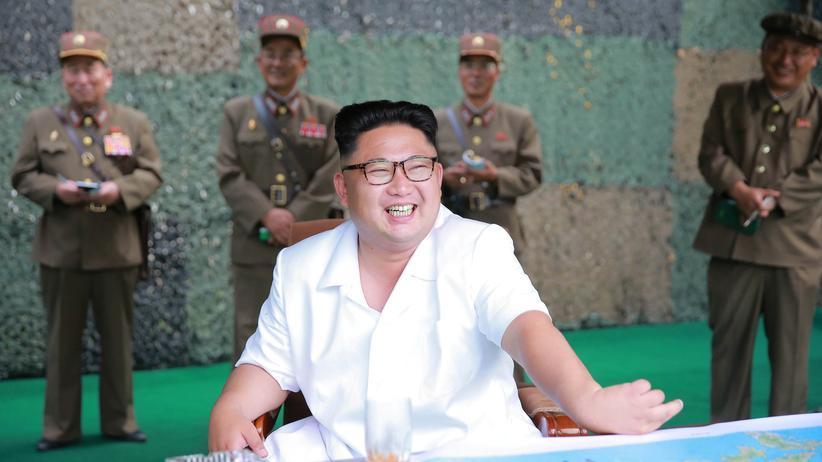 Nordkorea: Auf diesem von der nordkoreanischen Staatsagentur veröffentlichten Foto posiert Diktator Kim Jong Un als Oberbefehlshaber über die Raketentests