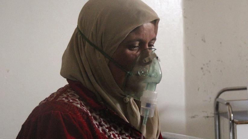 Syrien: Nach einem angeblichen Giftgaseinsatz in der syrischen Provinz Hama atmet eine Frau Sauerstoff durch eine Maske ein.