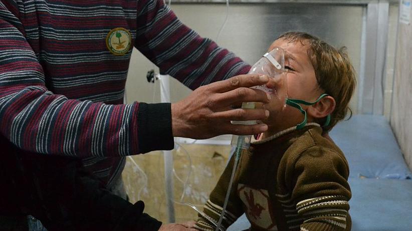 Syrien: Nach einer Chlorgasattacke in Idlib am 27. April 2015, für die laut UN Assads Truppen verantwortlich waren, wird ein syrischer Junge im Krankenhaus behandelt