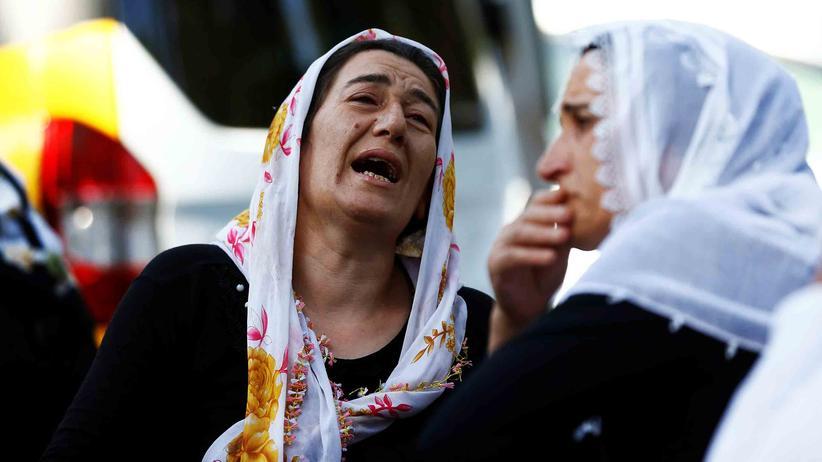 Anschlag in Gaziantep: Trauernde Frauen vor einem Krankenhaus in Gaziantep