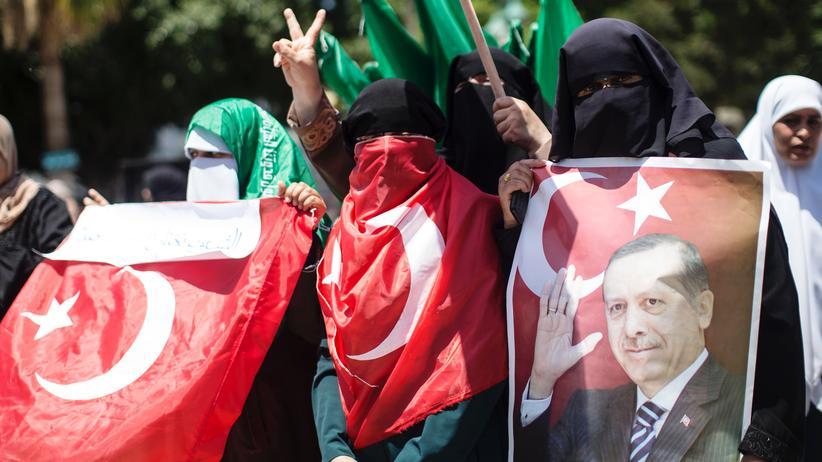 Türkei: Hamas-Anhänger demonstrieren in Gaza für den türkischen Präsidenten nach dem Putschversuch in der Türkei.