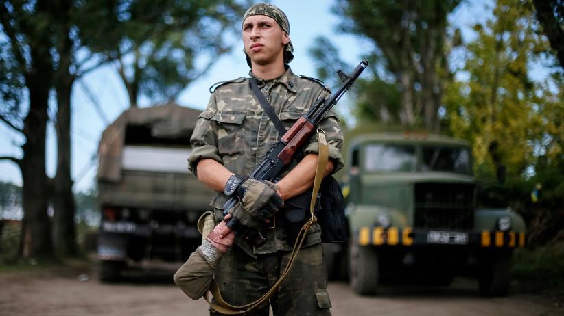 Ein ukrainischer Soldat bewacht eine Straße im Osten der Ukraine.