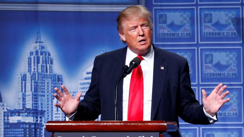 US-Wahlkampf:  Der republikanische US-Präsidentschaftskandidat Donald Trump vor Unternehmern in Detroit.