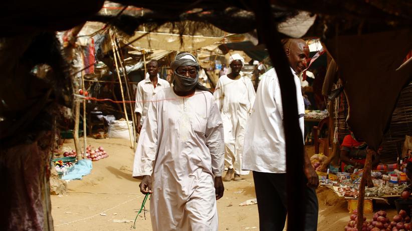 Amnesty International: Sudanesische Männer in einem Flüchtlingslager im Norden Darfurs