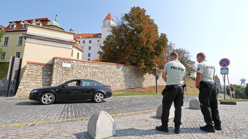 Bratislava: Polizei bewacht die Brug Bratislava, in der die EU-Staats- und Regierungschefs tagen werden.