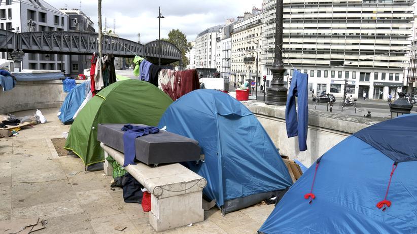 Paris Camp Aufnahmelager Versorgung Migranten
