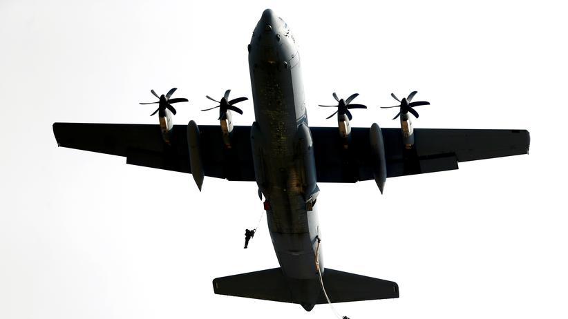 Naher Osten: Israelische Fallschirmjäger springen aus einem Militärflugzeug.