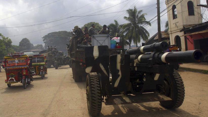 """""""Islamischer Staat"""" in Südostasien: Militäreinheiten der Philippinen zur Bekämpfung von Dschihadisten der Abu Sayyaf erreichen Jolo im Süden das Landes. (2014)"""