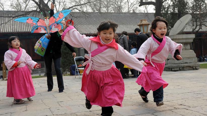 Konfuzianismus: Eine Gruppe chinesischer Mädchen in einem Konfuzius-Tempel in Peking.