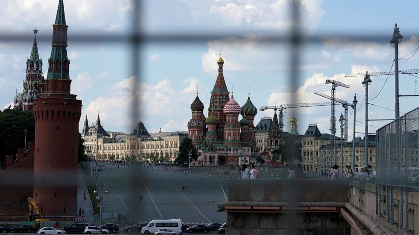 Parlamentswahl in Russland: Blick vorbei an den Türmen des Kremls auf die Basilius-Kathedrale in Moskau