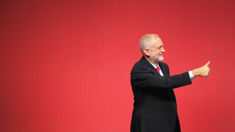Jeremy Corbyn: Jeremy Corbyn feiert sich selbst  – er wurde als Labour-Vorsitzender bestätigt.