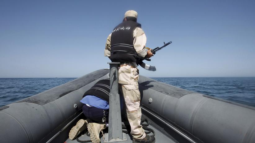 Die libysche Küstenwache auf einer Patrouillenfahrt im Mittelmeer.