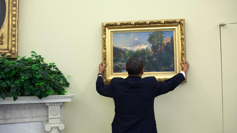 Barack Obama: Barack Obama dekoriert das Oval Office.