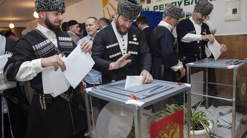 Parlamentswahl: Zwei Tschetschenen werfen ihren Stimmzettel nahe Grosny in die Wahlurne.