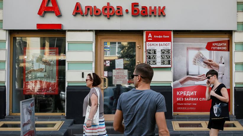 Internationaler Währungsfonds: Passanten vor einer Bank in Kiew in der Ukraine