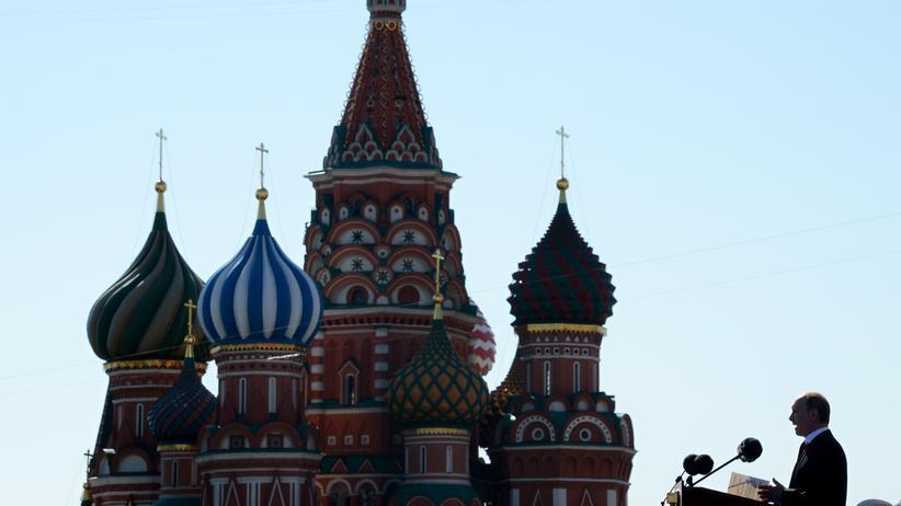 Ostukraine: Russlands Präsident Putin auf dem Roten Platz in Moskau