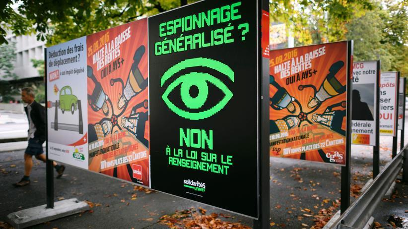 """Geheimdienste: """"Spionage ausweiten? Nein zum Gesetz über die Ausweitung der Überwachungsbefugnisse"""" steht auf einem Plakat der Gegner des Schweizer Referendums."""