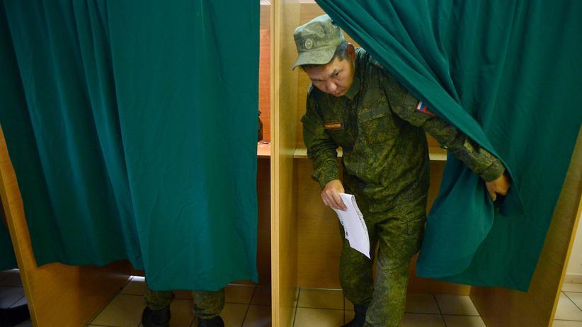 Russland-Wahl: Ein russischer Wähler gibt in Sertolowo bei St. Petersburg seine Stimme zur Duma-Wahl ab.
