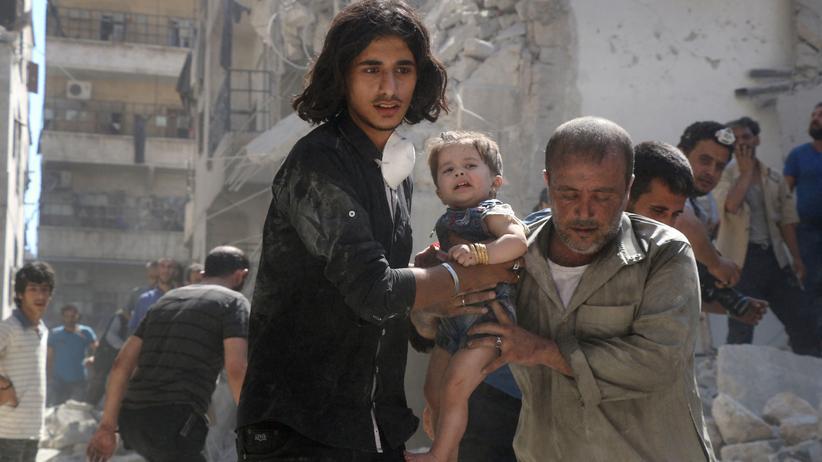 Syrien: Helfer retten ein kleines Mädchen aus den Trümmern eines beschossenen Hauses in Aleppo.