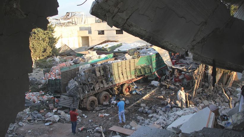 Aleppo: Zerstörte Lastwagen des bombardierten Hilfskonvois der Vereinten Nationen in einem Vorort von Aleppo