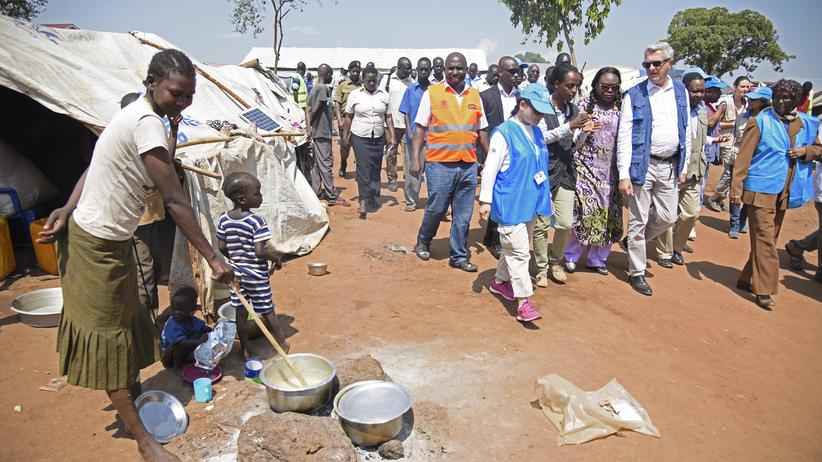 Südsudan: UN-Kommissar Filippo Grandi besucht ein Flüchtlingslager in Uganda, wohin viele Menschen aus dem Südsudan flohen.