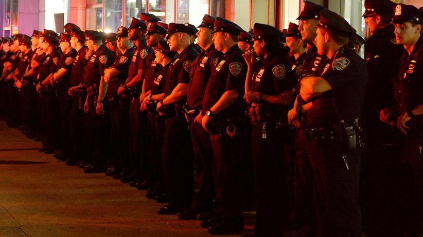 US-Wahlkampf: New Yorker Polizisten am vergangenen Sonntag am Tatort in Chelsea, wo am 17. September eine Bombe explodiert war.