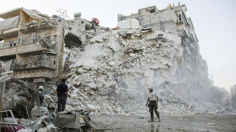 Humanitäre Pause: Mitarbeiter der Weißhelme suchen in den Trümmern von Aleppo nach Menschen.