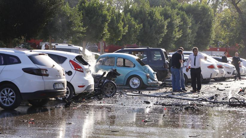 Türkei: Das Wrack eines Autos vor dem Handelszentrum von Antalya