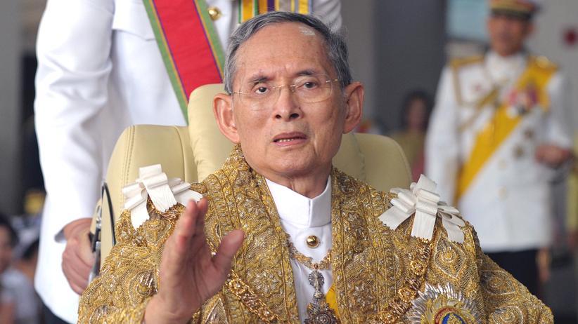 König Bhumibol Adulyadej: Thailands König Bhumibol Adulyadej bei einer Feier zu seinem 83. Geburtstag im Jahr 2010
