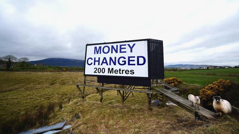 Brexit: Ein Schild weist im nordirischen Newry auf eine Wechselstube hin.