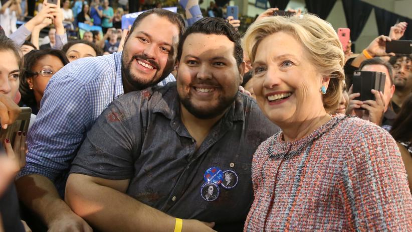 US-Wahl: Die demokratische Präsidentschaftskandidatin Hillary Clinton mit Unterstützern in Miami, Florida