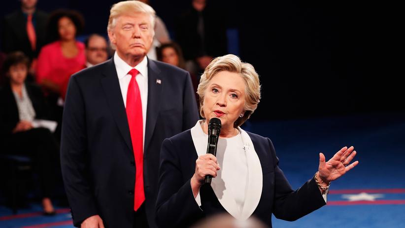 TV-Duell: Hillary Clinton und ihr republikanischer Rivale Donald Trump während der zweiten Fernsehdebatte in St. Louis, Missouri