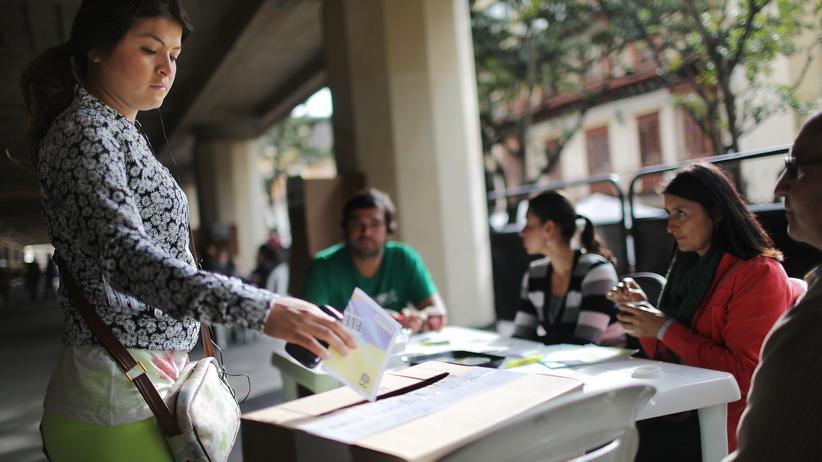 Direkte Demokratie: Eine Wählerin gibt in Bogotá, Kolumbien ihre Stimme beim Referendum ab.