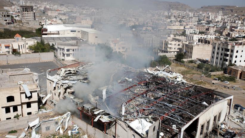Jemen: Aus den Ruinen einer Gemeindehalle in Sanaa steigt nach einem Luftangriff am 9. Oktober Rauch auf.