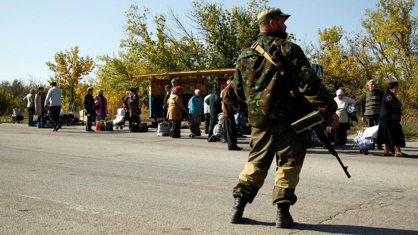 Ostukraine: Sie warten auf den Bus: An der sogenannten Kontaktlinie von  pro-russischem und ukrainischem Gebiet bei Luhansk