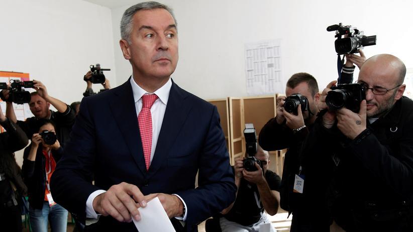 Parlamentswahl: Montenegros Regierungschef Milo Đukanović gibt seine Stimme ab.