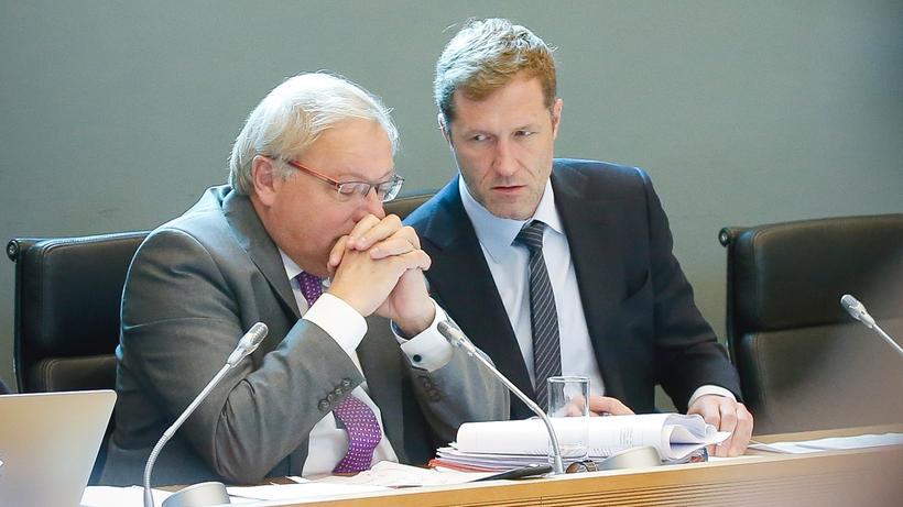 Wallonische Region: Kleiner Staat, was nun? Der wallonische Regierungschef Paul Magnette (r.) spricht mit Präsidenten des Regionalparlaments.