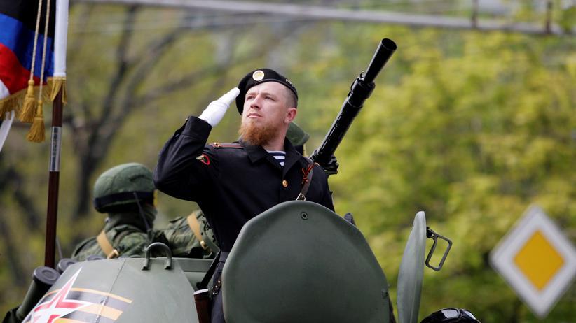 Ukraine: Der prorussische Milizenanführer Arsen Pawlow alias Motorola bei einer Parade in Donezk