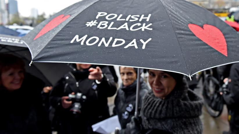 Polen: Demonstrantinnen in Warschau protestieren gegen eine Verschärfung des Abtreibungsgesetzes.
