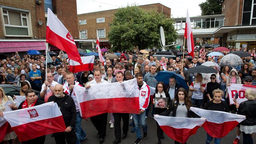 Hassverbrechen in Großbritannien: Protestzug von Polen in London mit polnischen Fahnen nach dem tödlichen Angriff auf einen Landsmann durch mehrere Jugendliche am 3. September