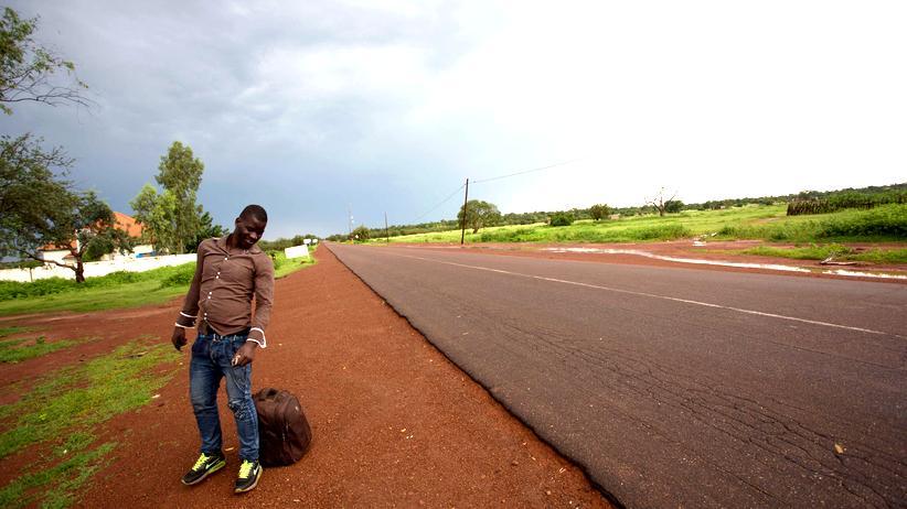 Senegal: Ein Mann wartet in der Nähe von Goudiry auf einen Bus, der ihn Richtung Europa bringen soll.