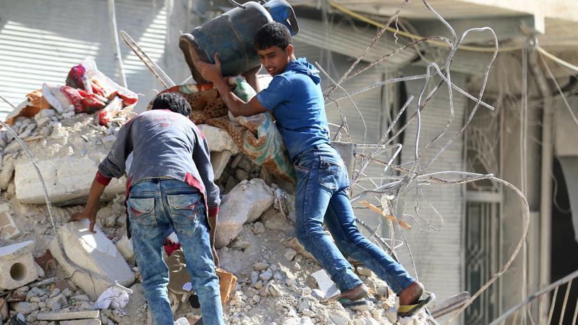 Katastrophenhilfe: Zerstörung nach einem Luftangriff in einem von Rebellen gehaltenen Viertel Aleppos.
