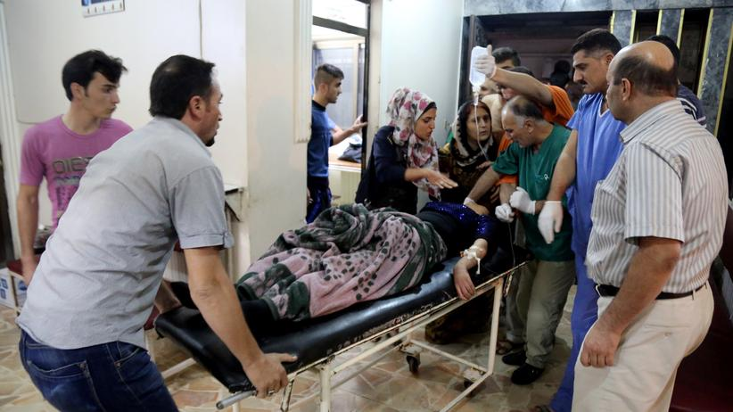 Syrien: Verletzte werden nach dem Anschlag auf eine Hochzeitsfeier in Syrien in ein Krankenhaus gebracht.