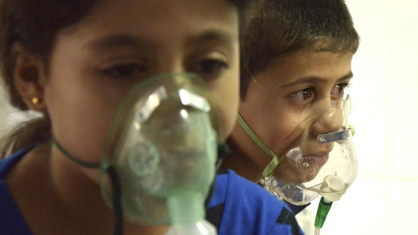 Syrien: Nach einem angeblichen Giftgasangriff der syrischen Regierung auf den Vorort Saqba von Damaskus im August 2013 müssen Bewohner über Atemmasken mit Sauerstoff versorgt werden (Archiv).